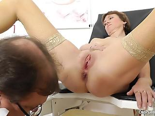 Sexy mature with saggy tits and shaved pussy in close-up porn