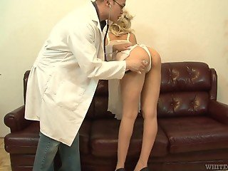 Super-sexy diva did everything to beguile doctor into pussy drilling