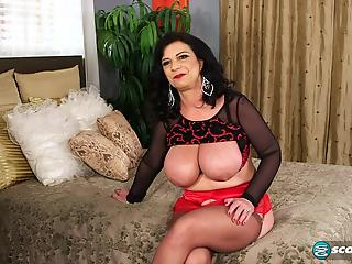 The hottest mature brunette with big boobs does like hardcore sex